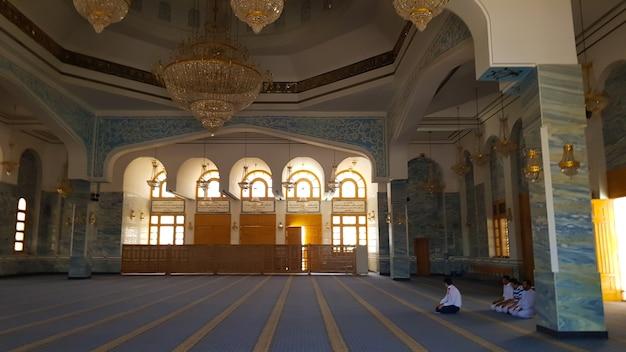 Sharm el sheikh, egipt – 13 lipca 2019 r. muzułmanie modlą się w świątyni. sala modlitewna w meczecie. światło przenika przez łukowate okna w el salam. nowy meczet z jasnym wnętrzem.