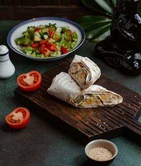 Shaurma lavash pokrojona na dwie części i nadziewana składnikami