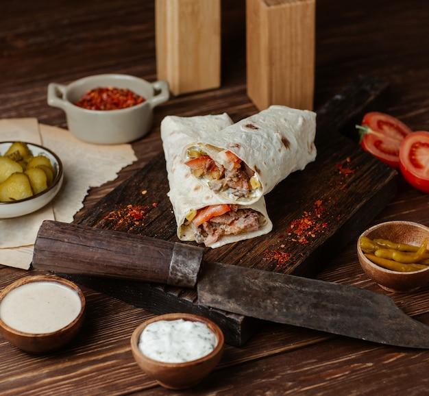 Shaurma z mięsem i marynowanym jedzeniem