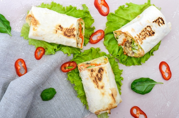Shawarma - bliskowschodnie danie z lawaszu, nadziewane kurczakiem, pieczarkami, surówką ze świeżych warzyw, sosem