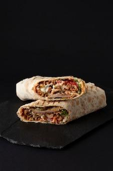 Shawarma, bułka w lawaszu, mięso z grilla, z warzywami, kanapka
