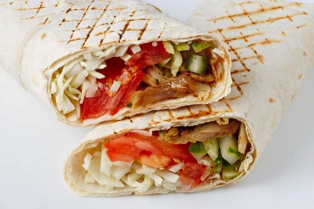 Shawarma cięta na białej powierzchni