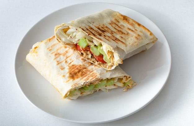 Shawarma, domowa kanapka. zdrowa zbilansowana żywność. selektywna ostrość