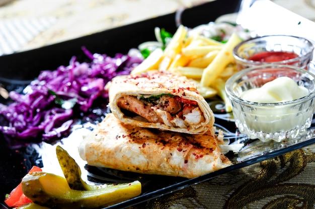Shawarma kanapka świeża rolka lavash (chleb pita) wołowina kurczak shawarma tradycyjna przekąska na bliskim wschodzie.