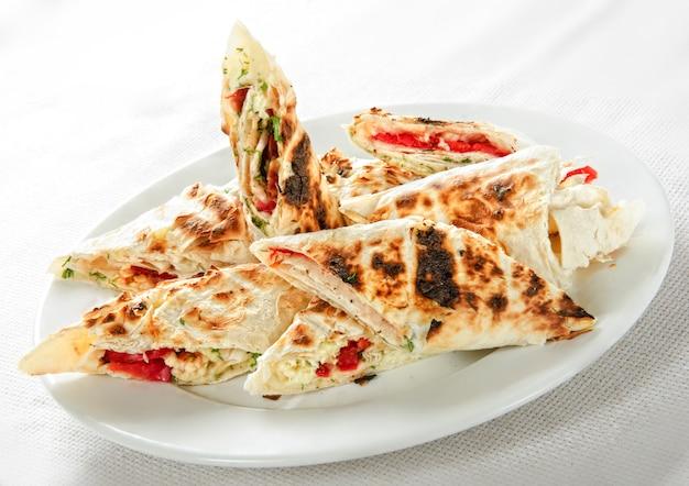 Shawarma kanapka żyroskopowa świeża rolka lavash (chleb pita) kurczak wołowina shawarma falafel recipetin zjadany z grillowanym mięsem, pieczarkami. tradycyjna przekąska na bliskim wschodzie.