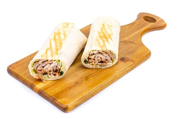 Shawarma, lawasz z mięsem i warzywami.