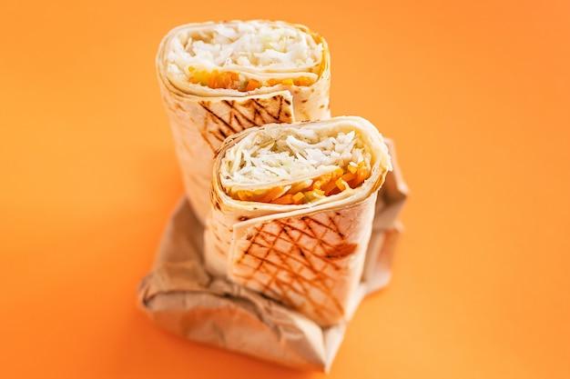 Shawarma sandwich roll lub burrito mięso warzywa sos doner kebab tacos cotygodniowy posiłek