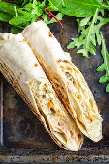 Shawarma świeże bułki kanapki warzywa sos mięso kurczak wieprzowina jagnięcina wołowina taco tortilla flatbread wrap