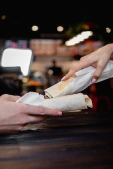 Shawarma trzymając się za ręce. koncepcja fast food