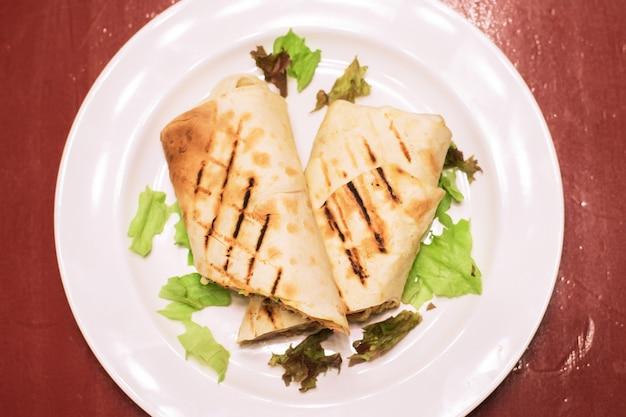 Shawarma z sosem mięsnym pomidorami serem ziołami i czosnkiem