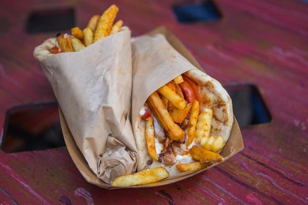 Shawarma, żyroskopy. tradycyjna grecja, greckie jedzenie mięsne, widok zbliżenia,