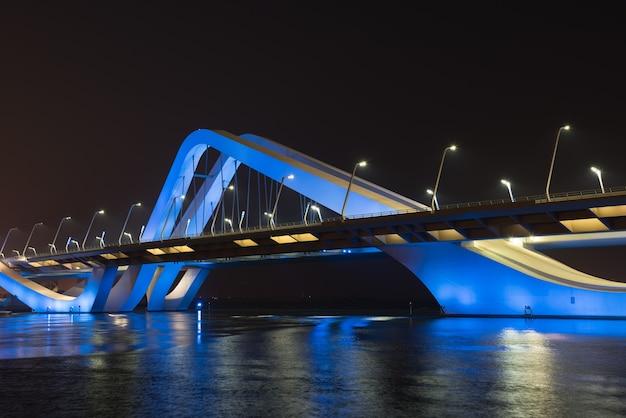Sheikh zayed bridge at night, abu dhabi, zjednoczone emiraty arabskie