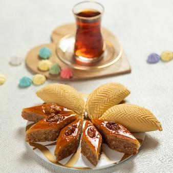 Shekerbura, azerbejdżańskie jedzenie narodowe z baklawą z bliska