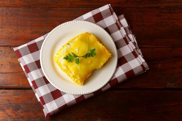 Shepherd's pie (escondidinho of chicken) to bardzo popularne danie w stanach północno-wschodniej brazylii. zrobiony z suszonego na słońcu mięsa lub rozdrobnionego kurczaka z polewą z manioku. widok z góry