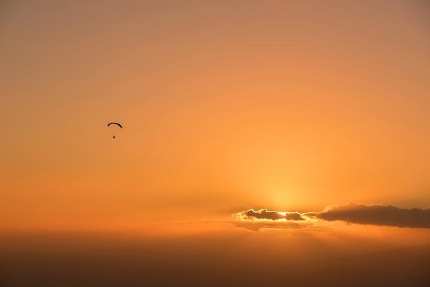 Shilouette paraglide o zachodzie słońca