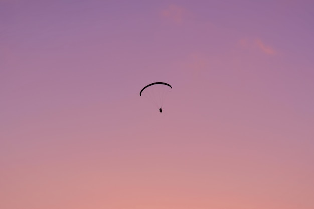 Shilouette paraglide o zmierzchu