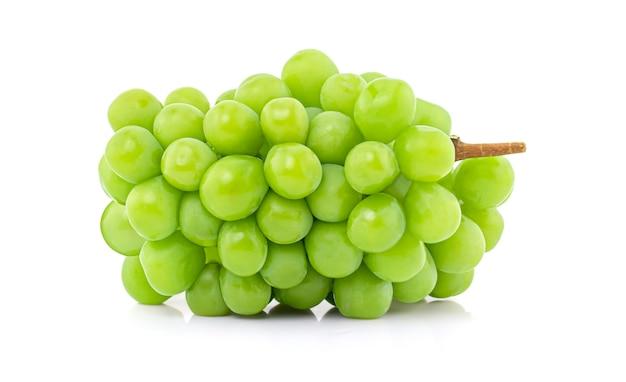 Shine muscat na białym tle, japońskie zielone winogrona.