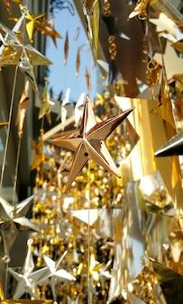 Shinny gwiazda dekoracji w nowoczesnym stylu na świąteczne przyjęcie i na świeżym powietrzu.