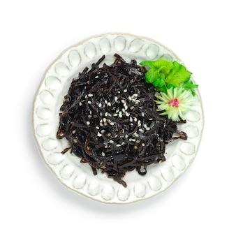 Shio kombu sól wodorostów wodorosty na wierzchu biały sezam to było dołączone jako dodatek lub jako dodatek do japońskiego posiłku