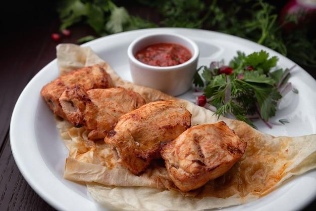 Shish kebab z kurczaka na białym talerzu