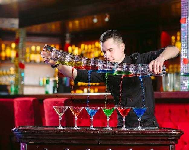 Show barmana. barman nalewa koktajle alkoholowe.