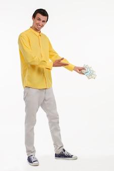 Showman trzyma kupę gotówki.