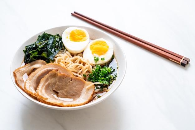 Shoyu ramen makaron z wieprzowiną i jajkiem - po japońsku