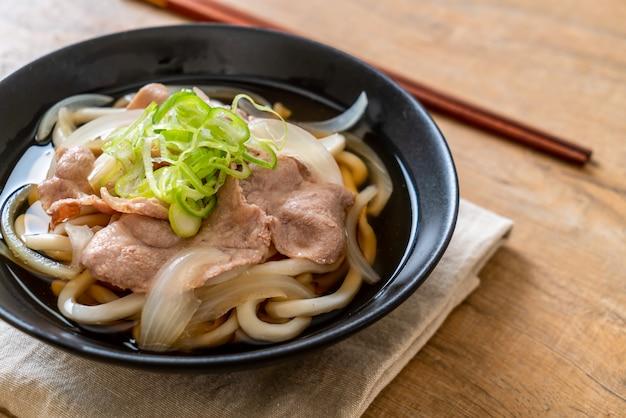 Shoyu udon ramen makaron z wieprzowiną (shoyu ramen)