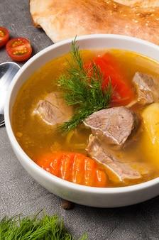 Shurpa to tradycyjna uzbecka zupa z jagnięciną
