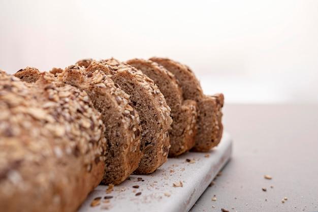 Sia chleb na desce do krojenia