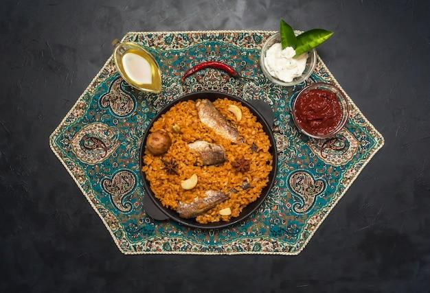 Siadeah po jemeńsku - ryba kabsa. mieszane dania z ryżu pochodzące z jemenu. jedzenie na bliskim wschodzie.