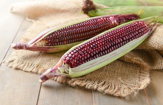 Siam ruby queen corn na tle drewna,