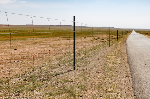 Siatka druciana wzdłuż autostrady, mongolia wewnętrzna, chiny