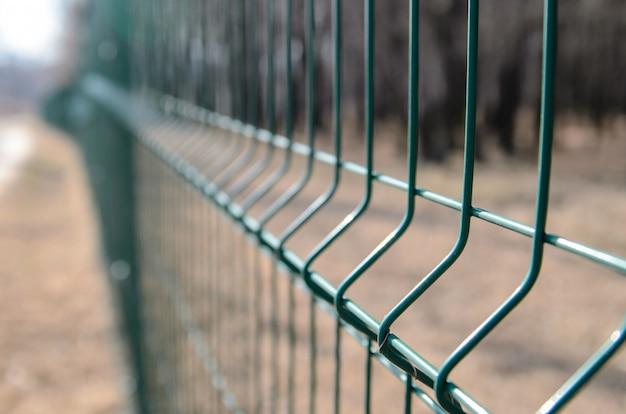 Siatka ogrodzeniowa z zielonego metalu