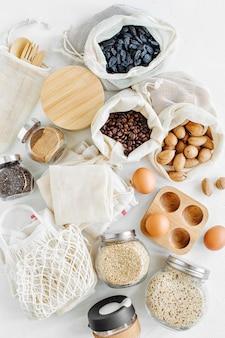 Siatki wielokrotnego użytku do produkcji torebek pełnych orzechów i suszonych owoców. słoiki szklane z kaszą. zakupy żywności bez marnotrawstwa. życie bez odpadów