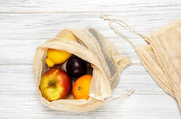 Siatkowa torba na zakupy z owocami