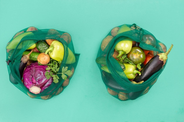 Siatkowe torby spożywcze z bukietem warzyw