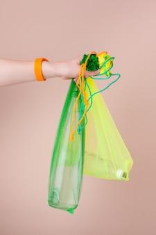 Siatkowe torby z szklaną butelką wody wielokrotnego użytku