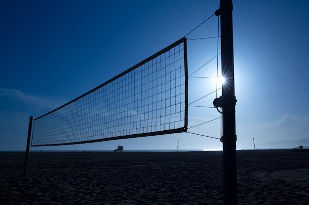 Siatkówka plażowa netto w santa monica o zachodzie słońca w kalifornii