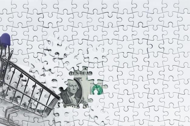Side koszyk pełen puzzli na tle dolara pieniędzy, koncepcja rozwiązania biznesowego, klucz do sukcesu