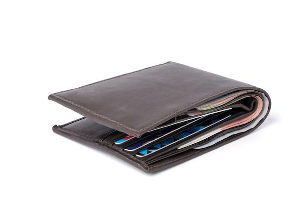 Sideview wyizolowanych brown skórzany portfel pieniądze z banknotów i karty kredytowej na białym tle.