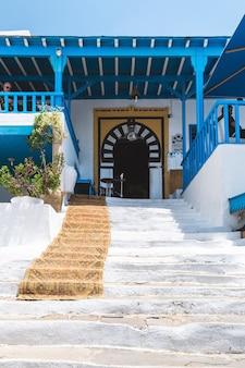 Sidi bou said tunezja biała i niebieska architektura tradycyjna uliczna kawiarnia