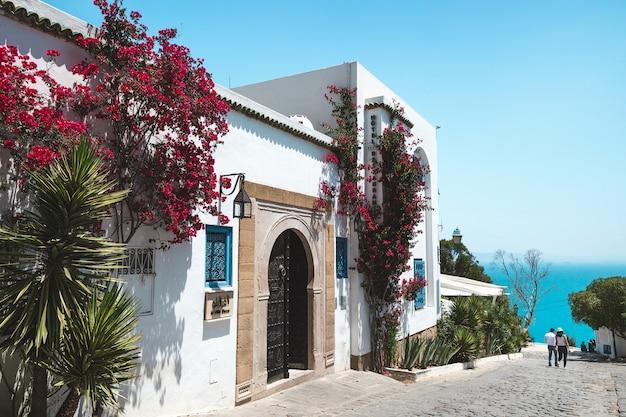 Sidi bou said, tunezja. widok na ulicę i morze