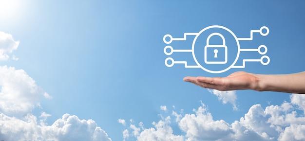 Sieć bezpieczeństwa cybernetycznego. ikona kłódki i sieci technologii internetowej. biznesmen ochrony danych osobowych na tablecie i interfejs wirtualny. pojęcie prywatności ochrony danych. rodo. ue.