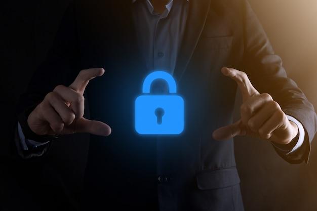 Sieć bezpieczeństwa cybernetycznego. ikona kłódki i sieci technologii internetowej. biznesmen ochrony danych osobowych w interfejsie wirtualnym. ochrona danych osobowych
