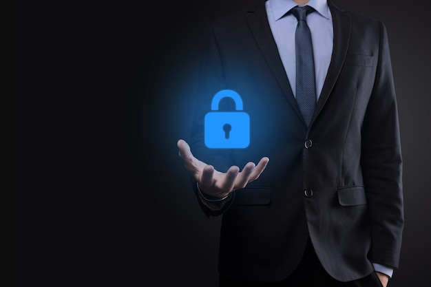 Sieć bezpieczeństwa cybernetycznego. ikona kłódki i sieci technologii internetowej. biznesmen ochrony danych osobowych w interfejsie wirtualnym. pojęcie prywatności ochrony danych. rodo. ue.
