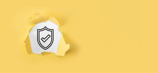 Sieć bezpieczeństwa cybernetycznego. ikona kłódki i sieci technologii internetowej. pojęcie prywatności ochrony danych. rodo. ue. podarty papier żółty ze znakiem zapytania na białym tle.