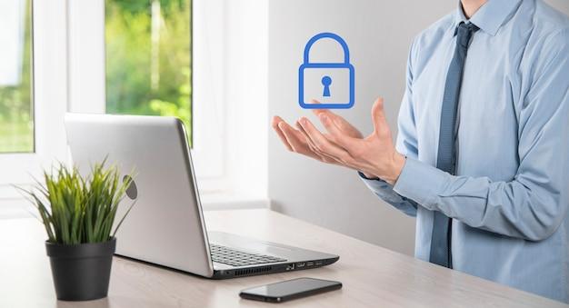 Sieć bezpieczeństwa cybernetycznego. ikona kłódki i sieci technologii internetowych. biznesmen chroniący dane