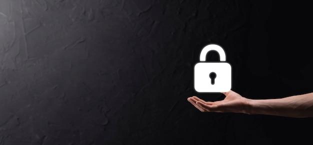 Sieć bezpieczeństwa cybernetycznego. ikona kłódki i sieci technologii internetowych. biznesmen ochrony danych osobowych na interfejsie wirtualnym. pojęcie prywatności ochrony danych. rodo. ue