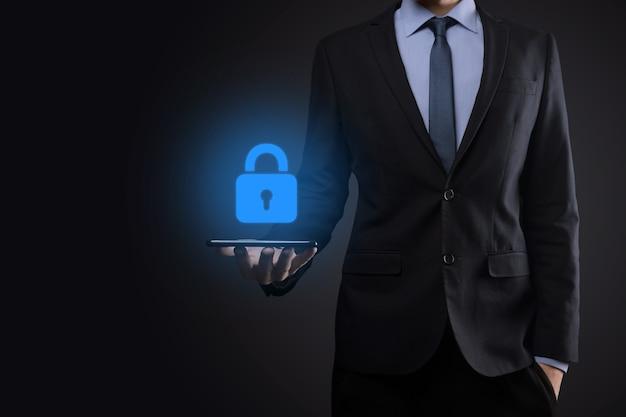 Sieć bezpieczeństwa cybernetycznego. ikona kłódki i sieci technologii internetowych. biznesmen ochrony danych osobowych na interfejsie wirtualnym. pojęcie prywatności ochrony danych. rodo. ue.